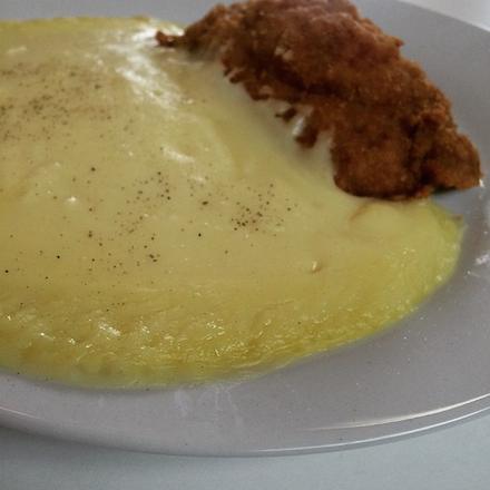 Gastroyal - polpetti (sajttal, sonkával töltött, bundázott) sertésborda, burgonyapürével