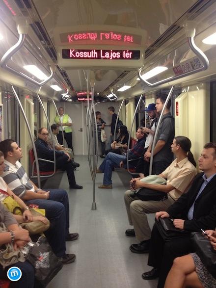 Új M2 Alstom metrószerelvény a Kossuth térnél