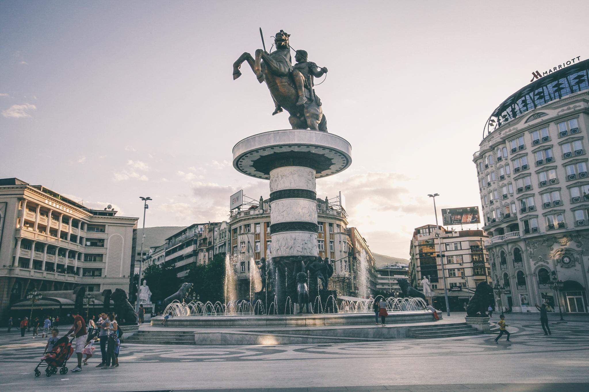 Macedónia tér, Szkopje főtere, közepén a hatalmas szoborral