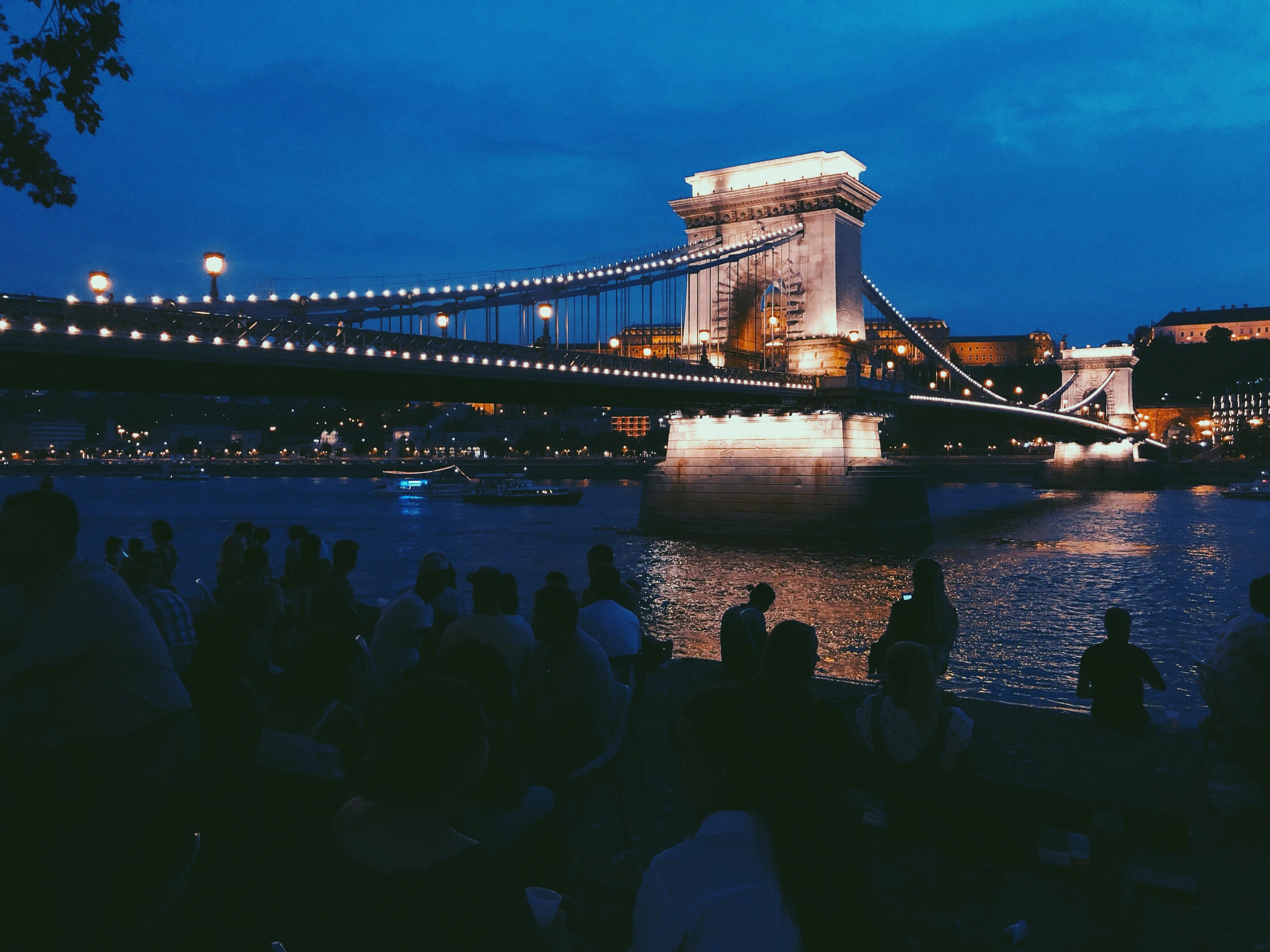 PONTOON a Lánchíd pesti hídfőjénél, a Duna-parton