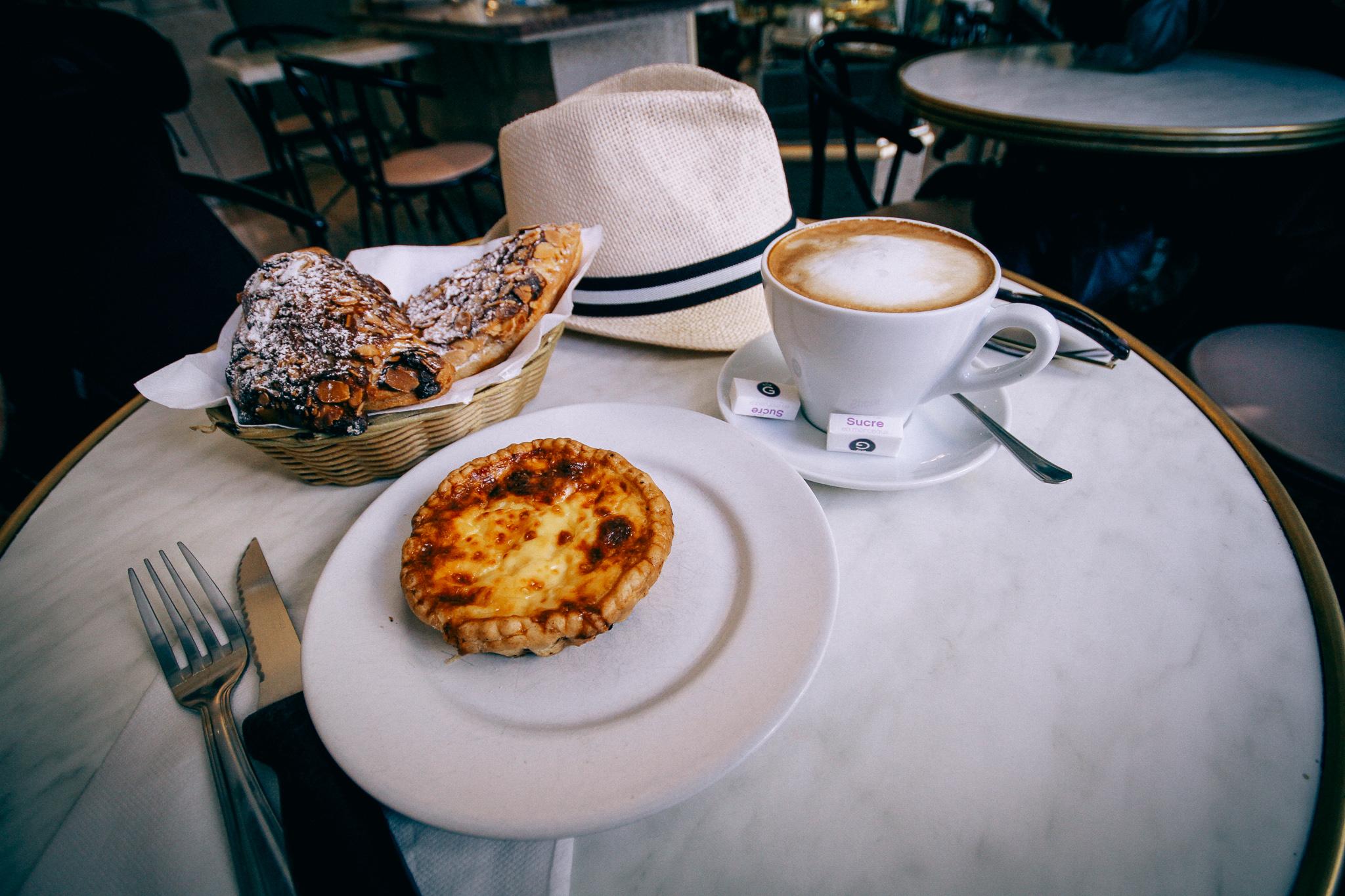 Egy kávézóban fogyasztott sütemény és kávé Nizzában, Franciaországban (Nice)