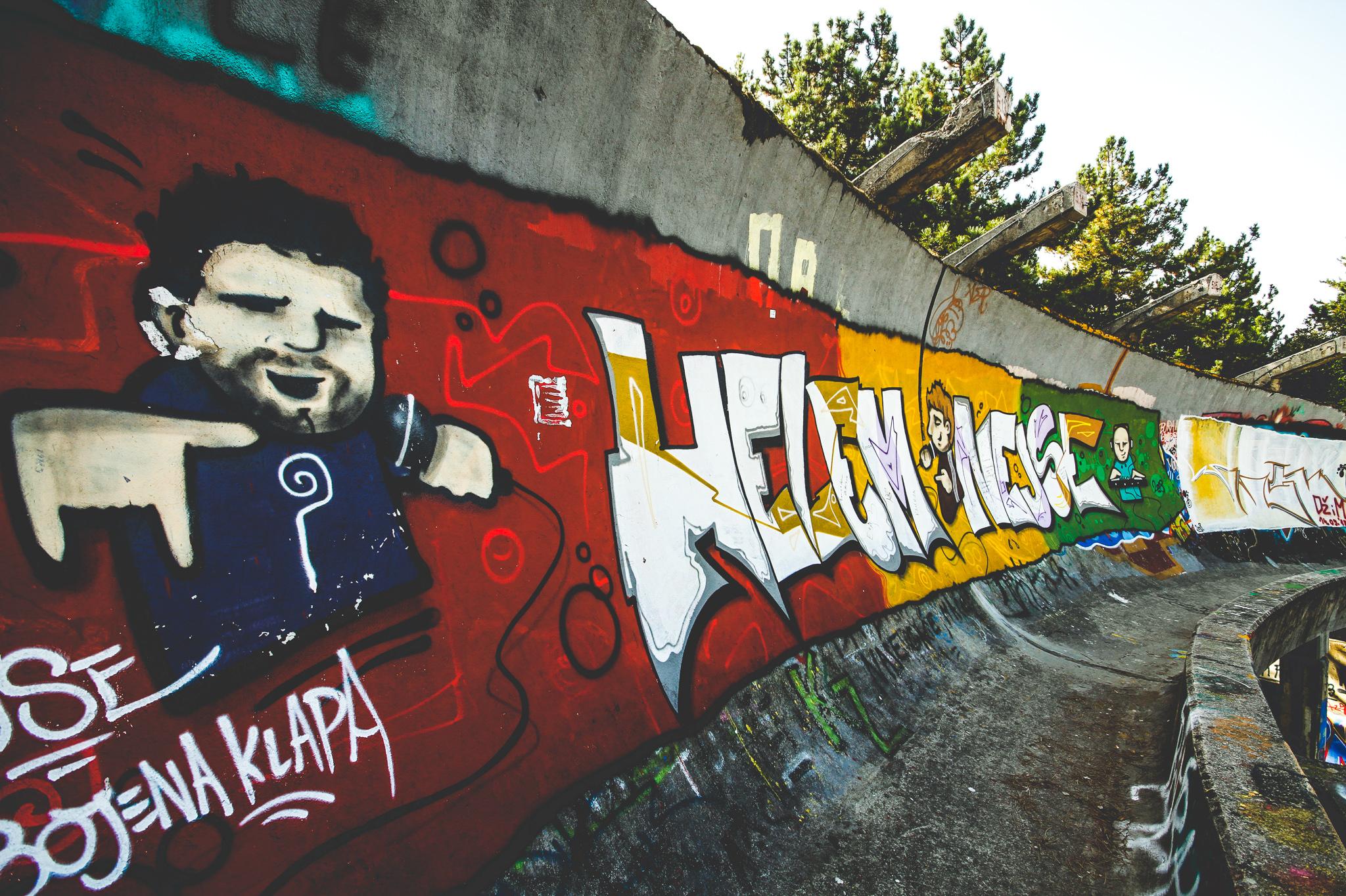 Az 1984-es téli olimpia graffitivel díszített bobpályája, Szarajevó, Bosznia-Hercegovina
