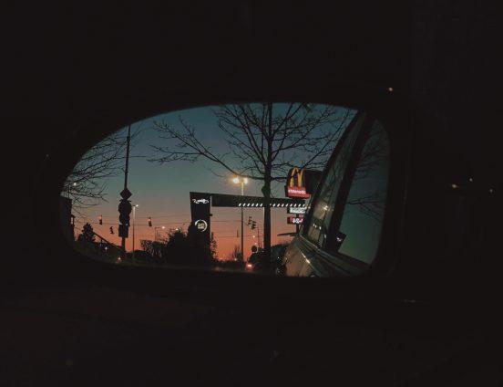 A visszapillantóban a McDrive fényei egy esti bevásárlás után